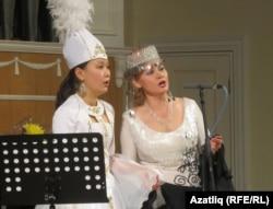 Жулдуз Иманкулова (с) һәм Әлфия Рубцова