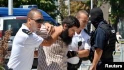 Pripadnici policije Kosova dovode osumnjičenog za borbu u Siriji i Iraku