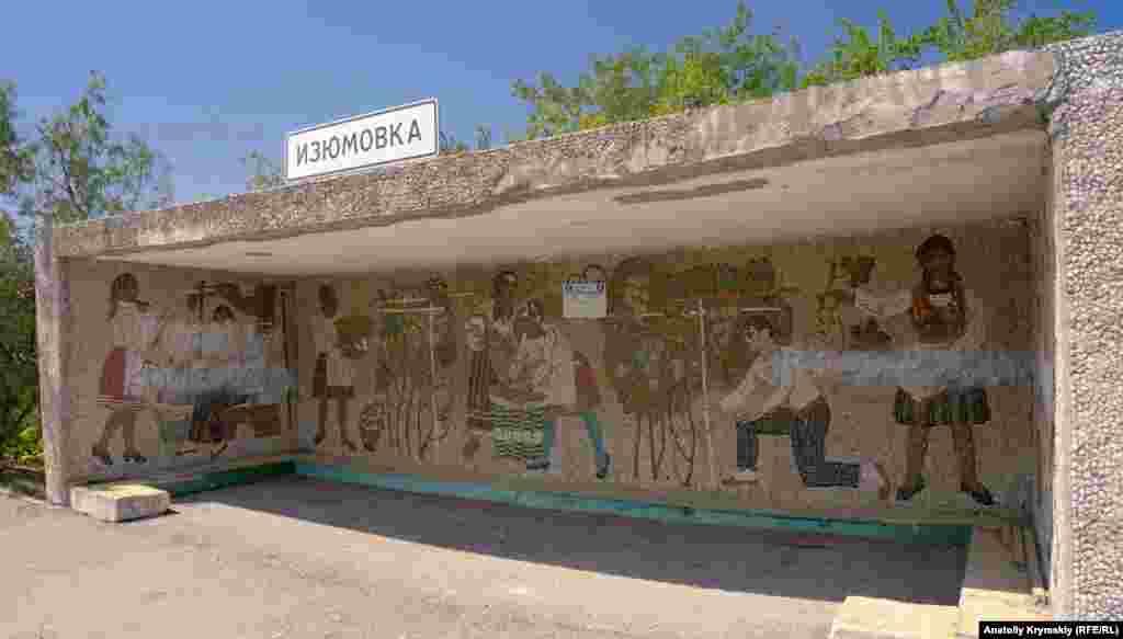 Колишнє і нинішнє виноградарсько-виноробне життя села відображене на мозаїчній картині на автобусній зупинці «Ізюмівка-3»