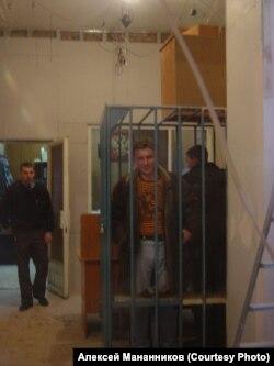 """Алексей Мананников, в ожидании штрафа за лозунг """"Путин лучше Гитлера"""". 2007 г."""