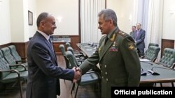 Russia - Defense Minister Sergey Shoygu (R) meets with his Armenian counterpart Seyran Ohanian in Moscow, 15Jun2016.