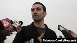 Amir Hekmati flet para reporterëve pasi arriti në aeroportin në Flint të Miçigenit