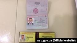 Российский паспорт и удостоверение Петра Михальчевского, изъятые при обыске СБУ