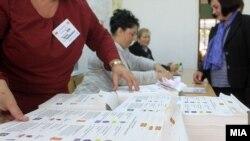 Граѓани гласаат на гласачко место во Скопје, илустрација