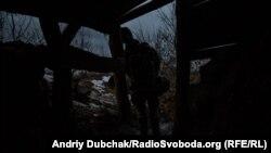 Український військовий на позиції облаштованій на териконі поблизу Новотроїцького, грудень 2019 року