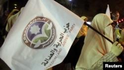 Сторонница Партии свободы и справедливости с флагом этой организации