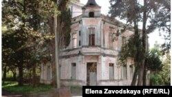 Дом купца Качикяна, построенный в начале прошлого века в Гудауте и внесенный в список памятников архитектуры, был приватизирован в 1994 году. С тех пор оно сменило четырех собственников
