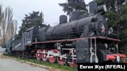 Паровоз бронепоезда «Железняков» с орудийной платформой