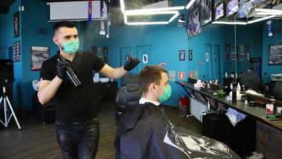 Kod frizera uz zakazivanje i sa maskom