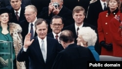 جورج بوش در حال تحلیف