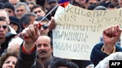 Армяндар былтыркы полиция менен кандуу кагылышуунун бир жылдыгын белгилешти. 2009-жылдын 1-марты. Ереван.