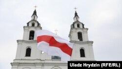 Нацыянальны сьцяг каля Сьвята-Духавага сабору ў Менску. Ілюстрацыйнае фота.