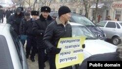 Журналиста Лукпана Ахмедьярова уводят в полицейское отделение. Уральск, 12 декабря 2013 года. Фото из социальной сети Facebook.