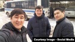 Журналист Әділет Айтикеев (ортада) әріптестерімен сотқа тартылған сәттердің бірі. Бішкек, желтоқсан 2015 жыл