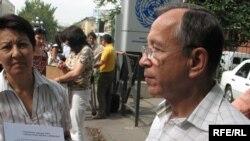 Активист НПО Тахиржан Ахметов зачитывает свое обращение к ОБСЕ. Алматы, 16 сентября 2008 года.