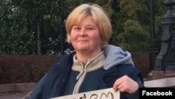 Мать Даниила Конона Наталья Конон на пикете (архивное фото)