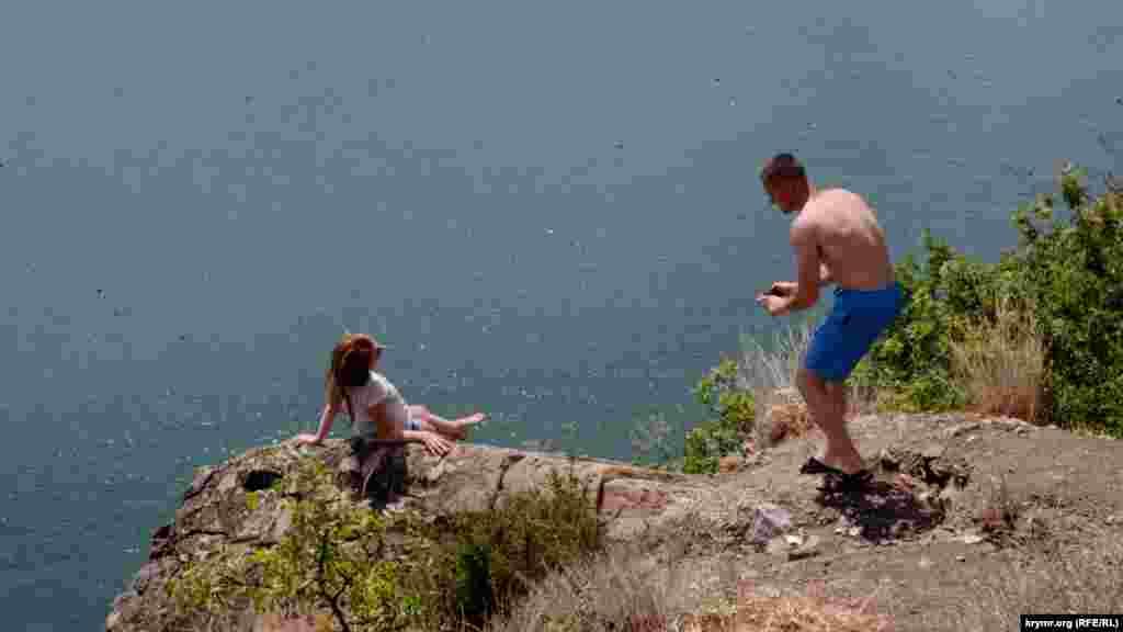 Туристи ризикують заради гарної фотографії
