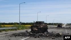 Një makinë e blinduar e shkatërruar në rugën për në aeroportin Luhansk