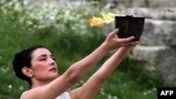 Грек актрисасы Мария Нафплиоту борыңгы каһинә киемендә
