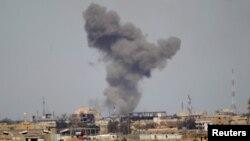 دخان يتصاعد من موقع في تكريت بعد قصف جوي