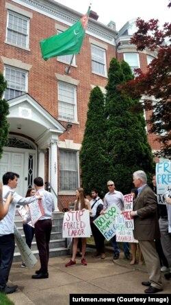 Участники акции протеста у посольства Туркменистана принесли списки более 100 тысяч подписантов петиции за освобождение Гаспара Маталаева