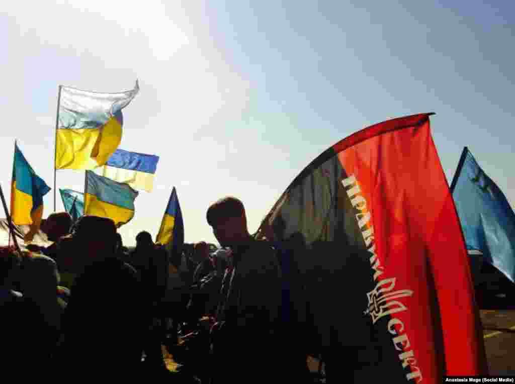 Бойцы украинских добровольческих батальонов «Правый сектор» и «Айдар» присоединились к «продовольственной блокаде».