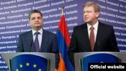 Премьер-министр Армении Тигран Саргсян и комиссар ЕС по вопросам расширения и Европейской политики соседства Штефан Фюле на совместной пресс-конференции, Ереван, 19 сентября 2011 г.