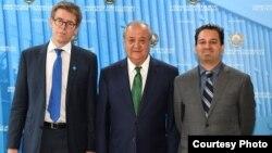 Өзбекстан сыртқы істер министрі Абдулазиз Камилов (ортада), Human Rights Watch ұйымының Еуропа және Орталық Азия бөлімінің директоры Хью Уильямсон (оң жақта) және ұйымның Орталық Азия бойынша кеңсесінің директоры Стив Свердлов. Ташкент, 7 қыркүйек 2017 жыл.
