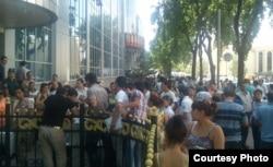 """Люди стоят в очереди в узбекское представительство компании """"Билайн"""" за новыми номерами для мобильных телефонов. 17 июля 2012 года."""