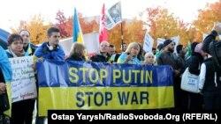 Українці, сирійці, німці та росіяни мітингували перед самітом «Нормандської четвірки» в Берліні