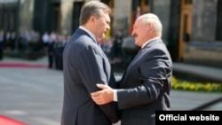 Президент Украины Виктор Янукович приветствует прибывшего в Киев президента Беларуси Александра Лукашенко, 18 июня 2013 г.
