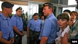 В июле 2006 года Московский районный суд Минска постановил: экс-кандидат в президенты Белоруссии не выйдет из тюрьмы до следующих президентских выборов