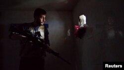 Участник армии освобождения Сирии с оружием в руках. Дейр аль-Зор, 9 апреля 2013 года