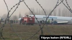 Служба спасения аэропорта, специалисты МЧС и милиция у самолета, совершившего аварийную посадку. Ош, 22 ноября 2015 года.
