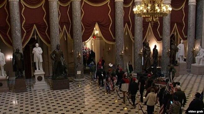 Protestuesit brenda Kongresit