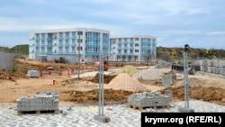 Будівництво апартаментів «Адміральська лагуна» на Солдатському пляжі в Севастополі, квітень 2019 року