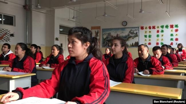 """Занятия в """"центре перевоспитания"""" в Кашгаре на юге Синьцзяна"""