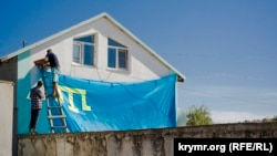 Кырымтатарлар бинага тамгалы байрак элә (архив фотосы)