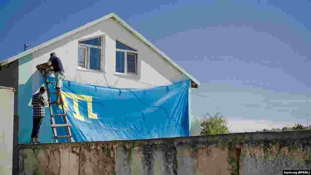 Вересень 2016. Кримськотатарський прапор розміром з фасад приватного будинку під час підготовки до святкування Курбан-Байрам у селі Ближнє біля Феодосії