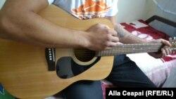 Virgil, cântând la chitară