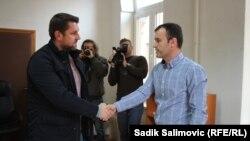Ćamil Duraković (levo), bivši načelnik Opštine Srebrenica i sam je preživeo genocid 1995. Na slici prilikom primopredaje vlasti Mladenu Grujičiću, iz Saveza nezavisnih socijaldemokrata (SNSD), partije koja ne priznaje genocid: 9. novembar 2016.