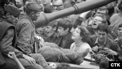Советские танки на улицах Праги. 21 августа 1968 года