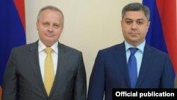 Директор СНБ Армении Артур Ванецян (справа) и посол России в Армении Сергей Копыркин, Ереван, 3 августа 2018 г.