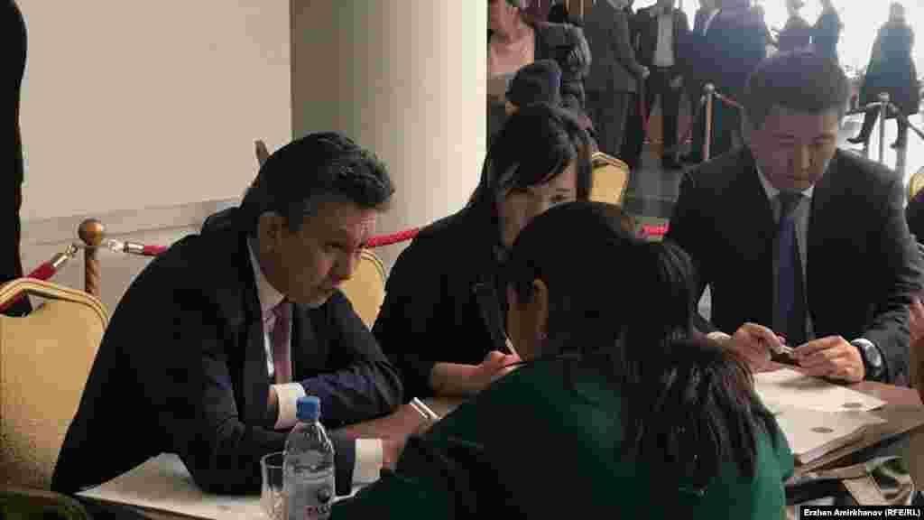 Астана қаласының әкімі Бақыт Сұлтанов концерт залының фойесінде тұрғындар шағымын тыңдап отыр. Астана, 15 ақпан 2019 жыл