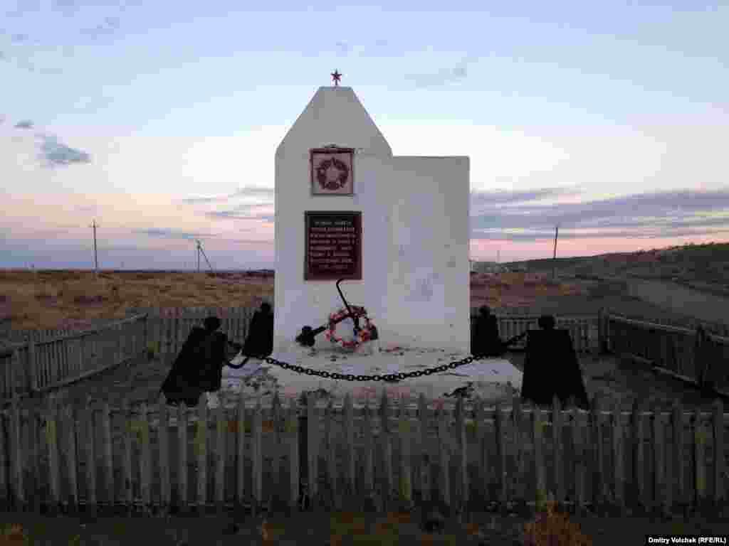 В Узбекистане от советских памятников избавляются беспощадно, этот еще сохранился