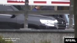 14 квітня журналісти зафіксували, як Ігор Котвіцький виходив з готелю Hyatt без маски