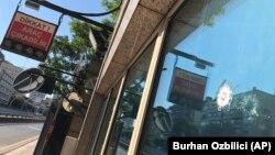 Сліди від куль у віконному склі посту охорони біля посольства США, Анкара, 20 серпня 2018 року