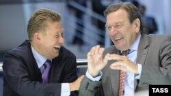 """Председатель правления """"Газпрома"""" Алексей Миллер (слева) и бывший канцлер Германии Герхард Шредер. Санкт-Петербург, 18 июня 2010 года."""