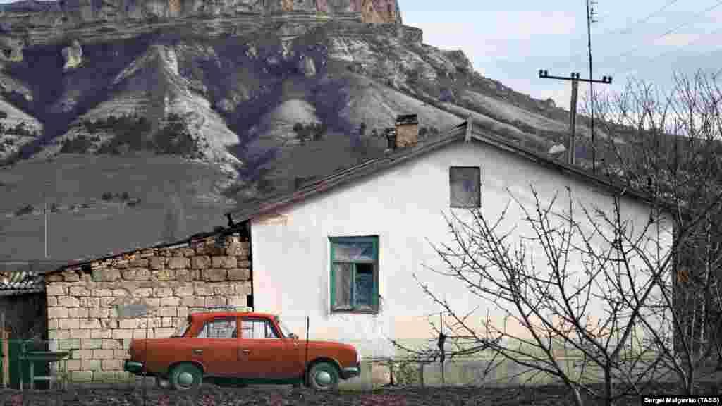 Дом у скалы Ак-Кая в селе Белая скала Белогорского района