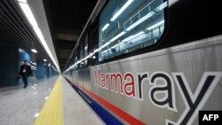 Потяг нової залізничної лінії, що зв'яже частини Стамбула тунелем «Мармарай», 29 жовтня 2013 року